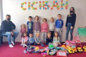 """U okviru projketa """"Omladinnski kamp"""" volonteri COD-a uručili igračke najmlađim Jajčanima"""